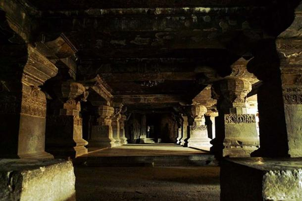 Picture of the hall on one side of the main structure of Kailash Temple.