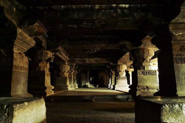 Picture of the hall on one side of the main structure of Kailash Temple. (CC0)