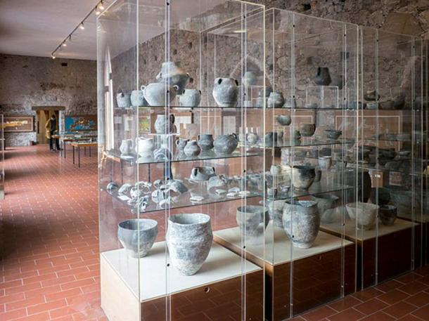Pile-dweller's pottery displayed at Pfahlbaumuseum. (CC BY 3.0)