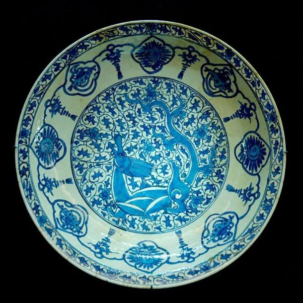 Plate decorated with dragon, 17th century. Iranian artwork inspired from 15th-century Chinese blue and white ceramic.