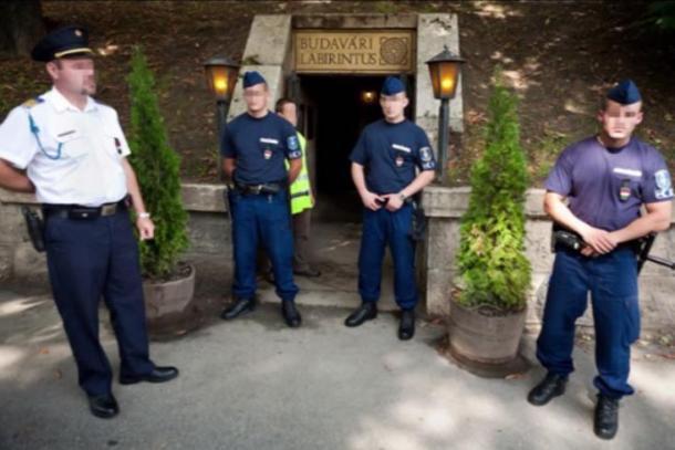 Policía entrada bloque al Laberinto de Buda.