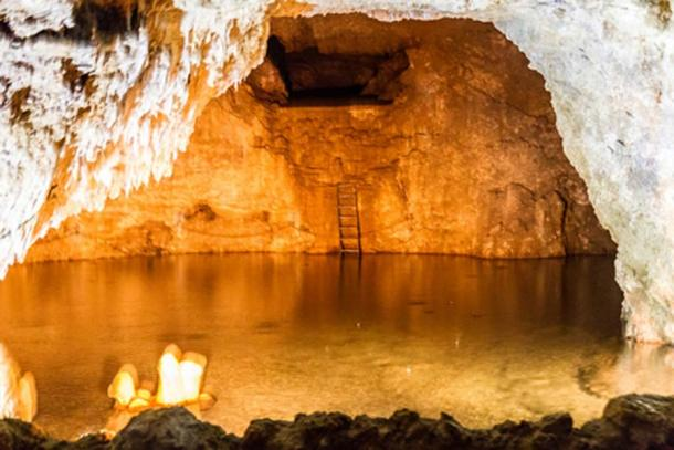 Pool of crystal-clear water, Harrison's Cave (CC BY-NC 2.0)