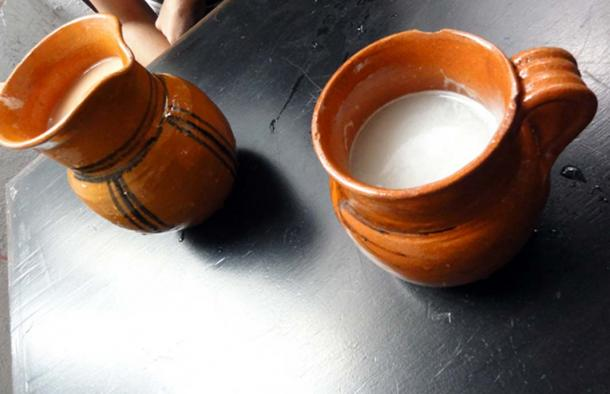 Pottery vessels containing pulque