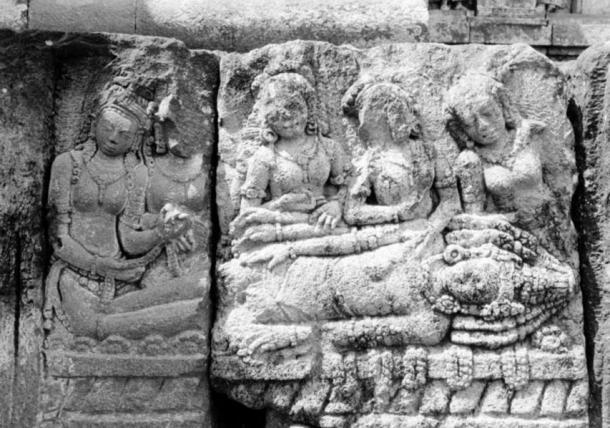 Reina Mandodari y las mujeres de Lanka luto la muerte de Ravana.  Bajo relieve del templo de Prambanan siglo noveno, Java, Indonesia.