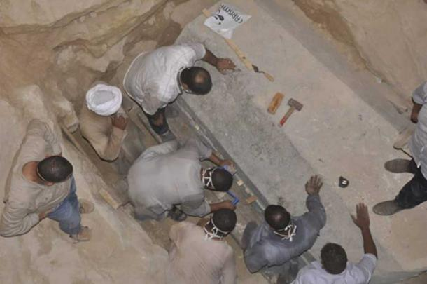 Preparing the sarcophagus. (Ministry of Antiquities)