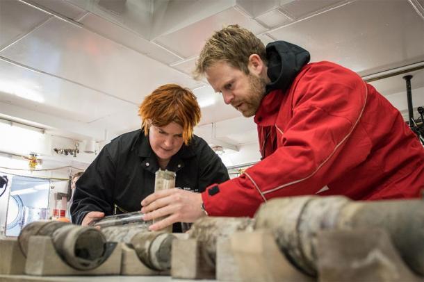 Professor Tina van de Flierdt and Dr Johann Klages work on the sample of ancient soil. (Credit: T. Ronge, Alfred-Wegener-Institut)