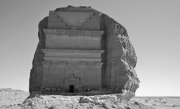 Unlike other structures in Madâin Sâlih, the Qasr al-Farid has four pillars rather than two