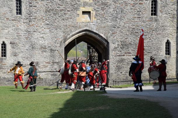 Re-enactment of a Parliamentary assault on the castle during the English Civil War (CC BY-SA 2.0)