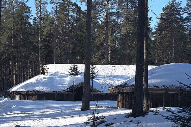 Reconstructed long house at Gene Fornby under snow. (CC BY 2.5)