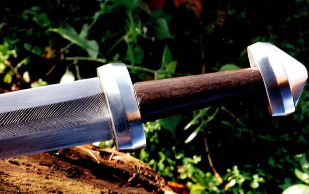 Reconstruction d'une vieille épée en acier damas