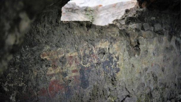 Red motifs have been found on the wall of a home that may have belonged to an indigenous noble family. (INAH)