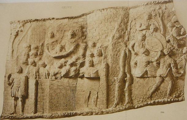Los relieves de la Columna de Trajano por Conrad Cichorius.  Número de placa CVIII: El jefe de Decebalus muestra a las tropas romanas