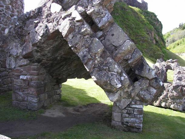 Remaining masonry from the destruction of the gatehouse (WKNight94/CC BY-SA 3.0)