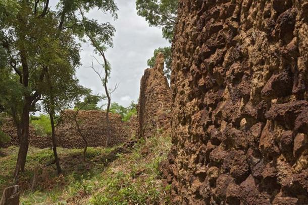 Remains of defensive walls, May 2016. (Rik Schuiling / CC BY-SA 4.0)