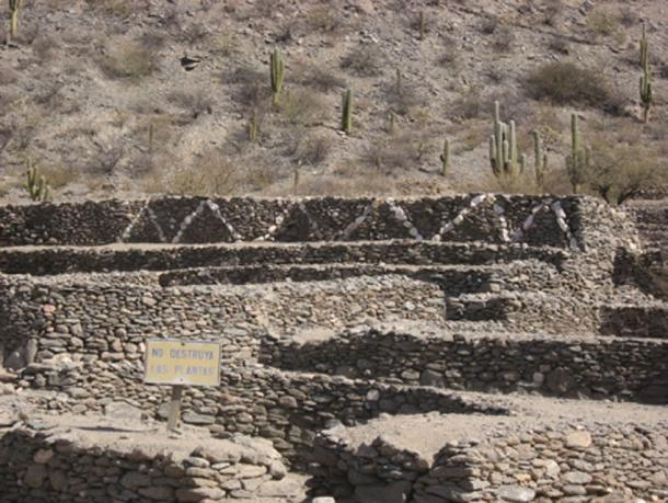 Remains of the stone walls at Quilmes (Bacon, D / CC BY 2.0)