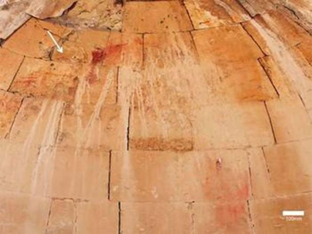 Remnants of the baptism-of-Christ scene (indicated by white arrow) on the apse of the Baptistery chamber. (Dror Maayan)
