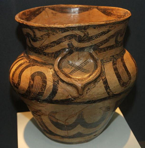 Representation of bull horns and a cross in Cucuteni culture pottery. Piatra Neamt Museum. (CristianChirita/CC BY SA 3.0)