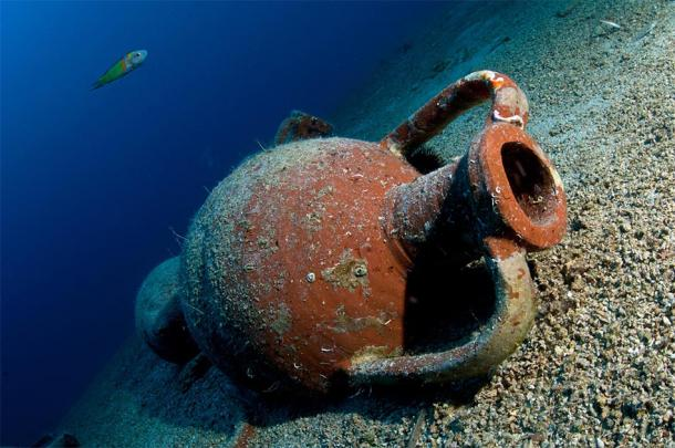 Representation of the amphorae discovered in the underwater caves. Source: volkan / Adobe Stock.