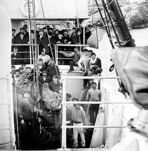 Representatives of the Greek government, the crew and the sponge divers on the deck of the Greek navy ship Mykali in winter 1900/1901, pulling up objects from the Antikythera shipwreck