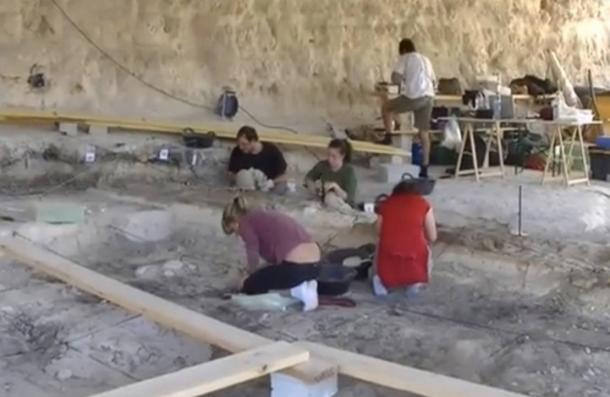 Researchers excavate the site at Barranco León.
