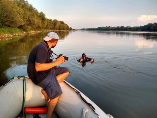 Researchers about to dive at the site of the shipwreck on the Vistula River in Poland. (Podwodne wraki Warszawy)