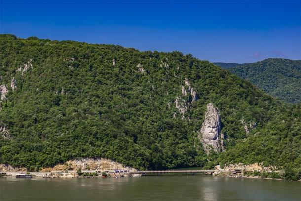 Rock sculpture of Decebalus in Danube gorge (Boggy/ Adobe Stock)