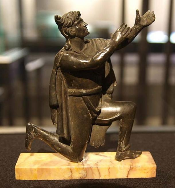 Roman bronze figure, discovered in the National Library in Paris, France, in the late 19th century. The Germanis is wearing a typical Suebian knot hairstyle and a characteristic cloak. Bibliothèque Nationale de France Paris, Cabinet des Bédailles Paris, Inventory No. 915. Dating to 2nd half 1st century to 1st half 2nd century AD. (Bullenwächter/CC BY 3.0)