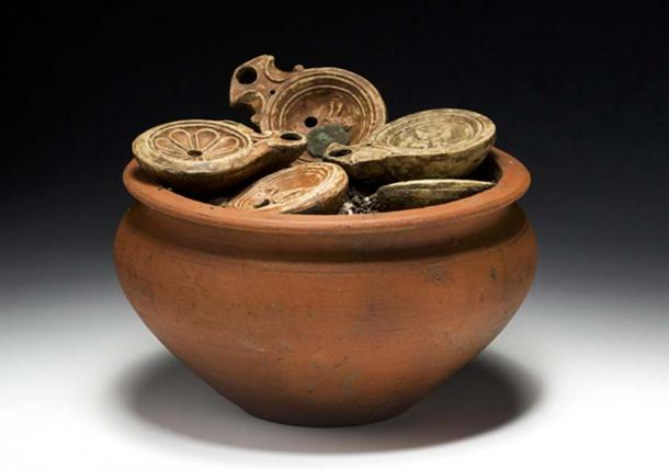 An extraordinary find: A Roman cooking pot filled with lamps and coins. Credit: Aargau canton archeology department