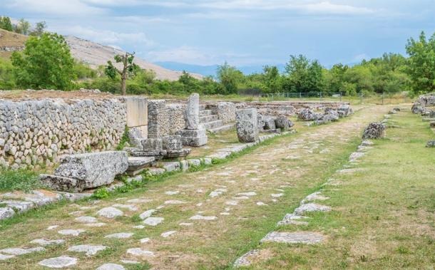 Roman road through Alba Fucens with ruins and original wall (e55evu/ Adobe Stock)