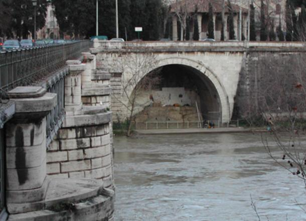 Rome, the Tiber: the mouth of the Cloaca Maxima.