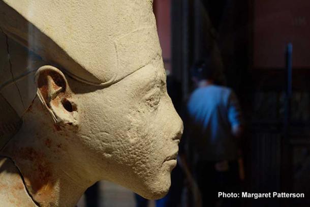 Royal profile: a bust depicting Akhenaten wearing the Blue or War Crown.