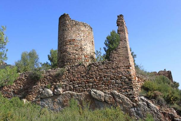 Ruins of the Aín castle where the Medieval sword was discovered. (Falconaumanni/CC BY SA 3.0)