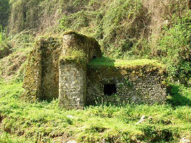 Ruins in the Valle dei Mulini.
