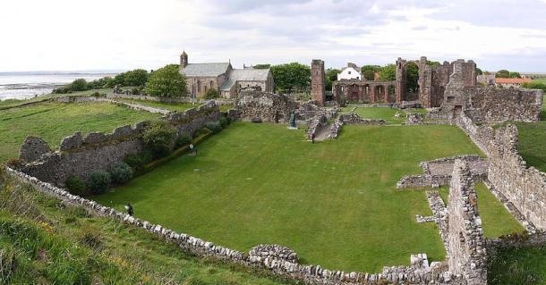 Ruins of Lindisfarne priory. (ChrisDown / CC BY-SA 4.0)