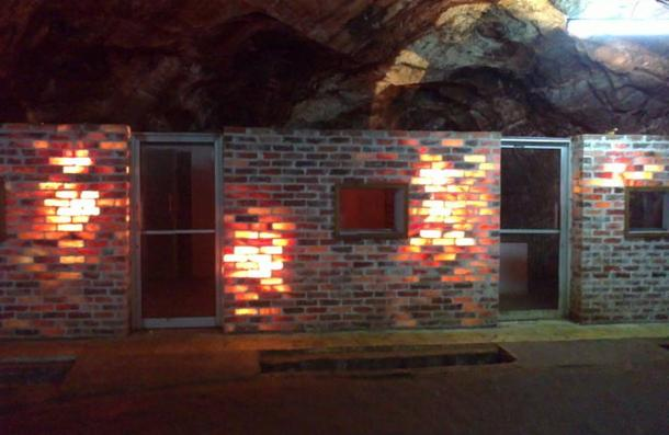 Salt brick construction lit from within - Las enormes y antiguas minas de sal de Khewra...