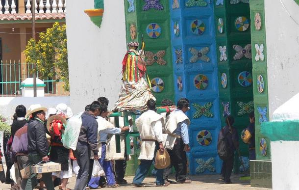 San Juan Chamula (Chiapas). Procession on its way to the parish church.