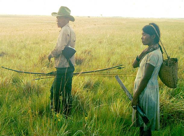Savanna Pumé couple on a hunting and gathering trip in the llanos of Venezuela. While the man hunts, and the woman gathers does that denote an equalitarian society? (Ajiimai / CC BY-SA 4.0)