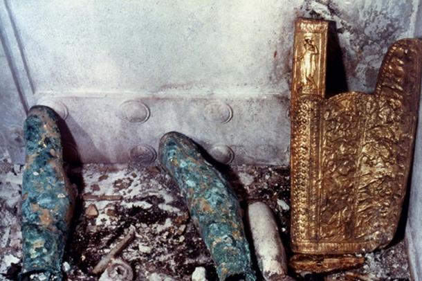 The Scythian gorytos (quiver) and a pair of ornate greaves were photographed as they were found lying in the antechamber.
