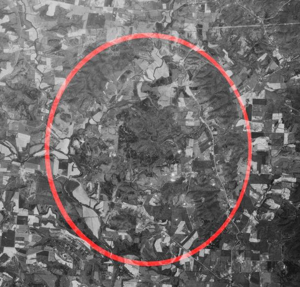 Aerial photo of Ohio's Serpent Mound crater, with the red oval showing the approximate perimeter according to K. Milam