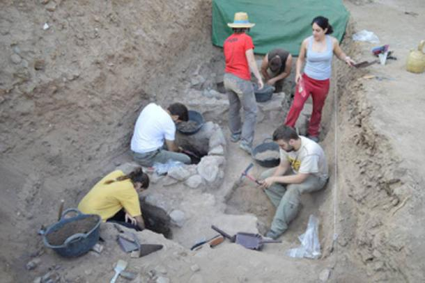 Several archaeologists work in the graves found in Alarcos. (Universidad Castilla-La Mancha / Fair Use)