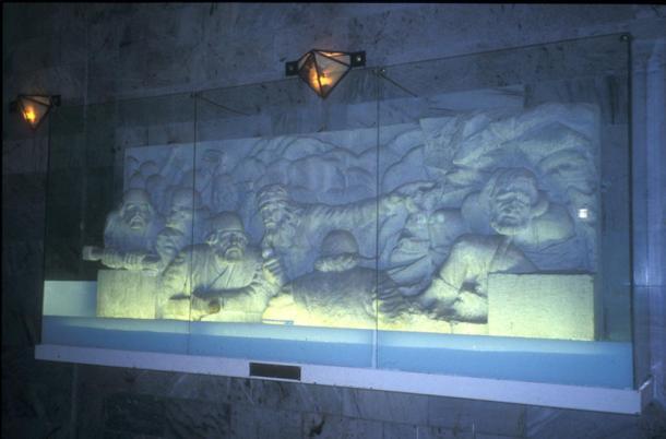 Escenas de la Shâhnameh esculpidas en relieves en el mausoleo de Ferdowsi de Tus, Irán