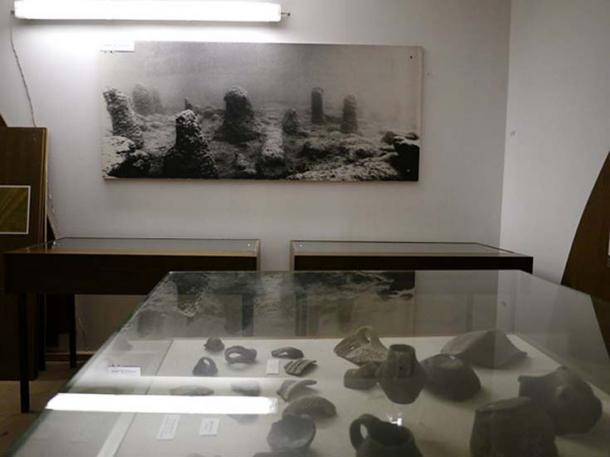 Shards on display at Pfahlbaumuseum. (Ledl, T / CC BY 4.0)