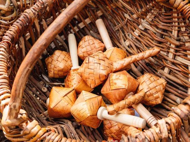 Hochets russes Sharkunok pour bébés fabriqués à partir d'écorce de bouleau tressée avec des graines à l'intérieur. Un vieux jouet naturel écologique. (Konstantin Aksenov / Adobe Stock)