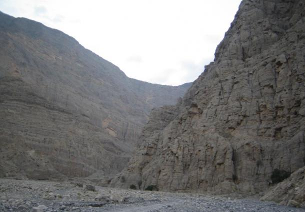 The Shihuh mountain territory is protected by steep cliffs.