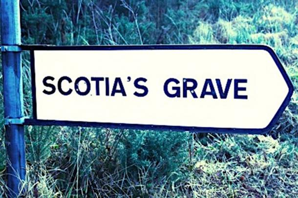Signpost of Scotia's grave by-road, south of Tralee. (Fenitharbour / Public Domain)