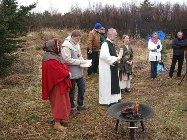 Sigurblót (Sacrifice for Victory) on the First Day of Summer 2009. Icelandic neopagans, members of Ásatrúarfélagið, are about to conduct a religious ceremony. The location is the land of Ásatrúarfélagið in Öskjuhlíð, Reykjavík. (Haukurth/CC BY SA 3.0)