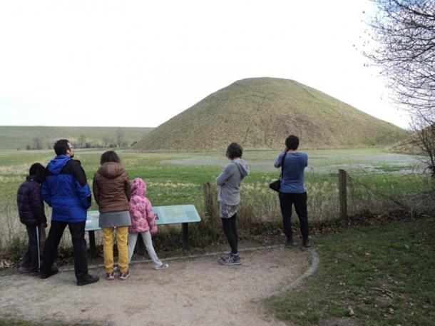 Fig. 4: Silbury Hill: visitors' observation area with display board, summarizing results of centuries of archaeological investigation.