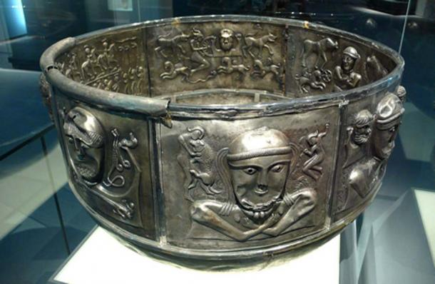 A Silver Celtic cauldron circa 150 BC. Art of the Celts, Historic Museum of Bern. ( CC BY-SA 2.0)