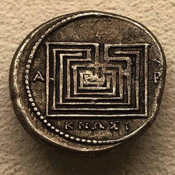 Сребърна монета, отсечена в Кносос, Крит, около 300 до 270 г. пр. Н. Е., С лабиринтни изображения, вдъхновени от митологичните разкази за многокурсалния лабиринт, създаден да съдържа смъртоносния Минотавър.  (Hispalois / CC BY-SA 4.0)