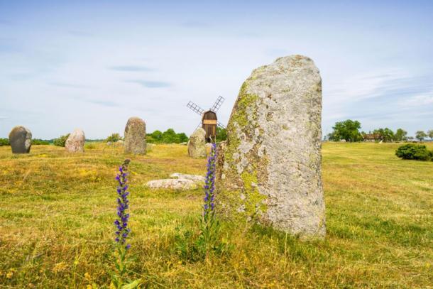 Similar standing stones – Oland, Sweden (Fotolia)